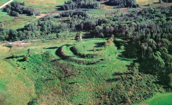 Šaukštelio piliakalnis Telšių rajone (Romo Jarockio nuotr.). Datuojamas II tūkst. pradžia – XIII a.