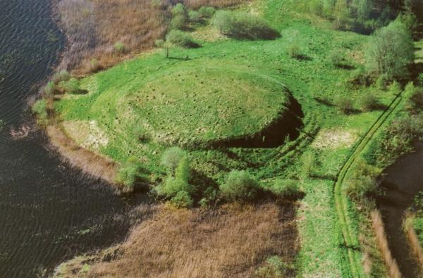 Pavandenės piliakalnis Molėtų rajone (Zenono Baubonio nuotr.). Piliakalnis datuojamas I tūkst. pr. Kr. antrąja puse – I tūkst. pradžia.